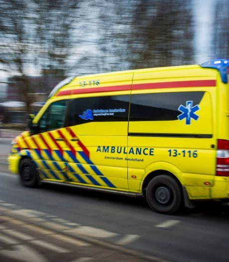 Auto's botsen vlak voor ambulance, medewerkers schieten meteen te hulp