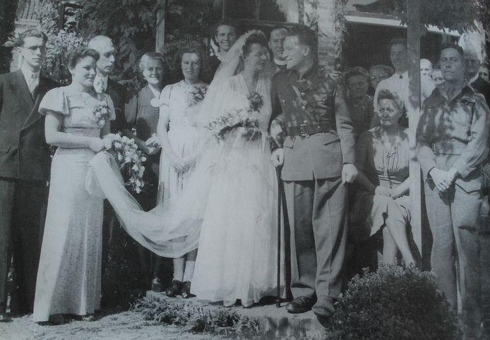 De bruiloft van doktersdochter Ada van Westendorp en Canadees militair Bill Murphy in Moordrecht, september 1945.