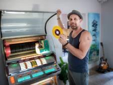 Tom (41) heeft in bijna elke kamer een jukebox staan: 'Ze ruiken naar jaren 60 metaal'