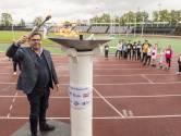 Leerlingen stoeien met horden tijdens de Hengelose atletiekdagen
