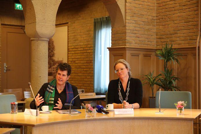 Commissaris van de Koning Ina Adema (l) tijdens haar werkbezoek aan Asten. Burgemeester Anke van Extel-Van Katwijk luistert naar haar toelichting.