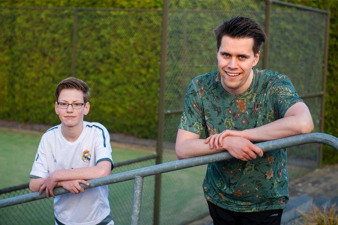 Timo Pas (links) en Simon Kumeling, twee autistische jongens, zijn allebei dol op tennis.