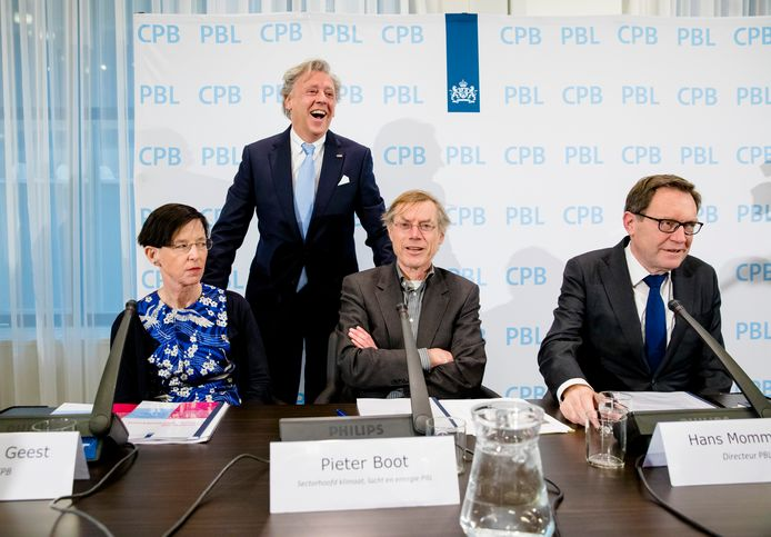 Een presentatie van een doorrekening van het Klimaatakkoord door het Planbureau voor de Leefomgeving (PBL), met in het midden Pieter Boot van het PBL.