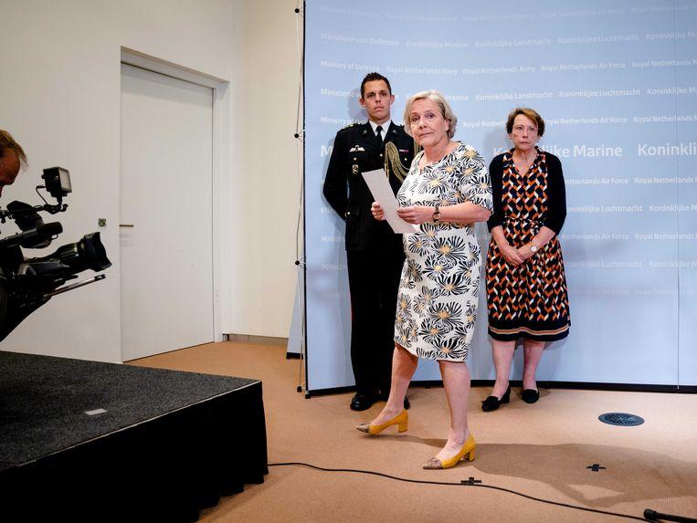 Demissionair defensieminister Ank Bijleveld geeft een verklaring op haar ministerie nadat haar partijtop crisisoverleg heeft gevoerd. Beeld ANP