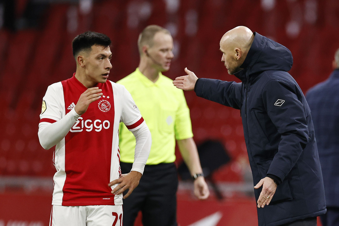 Ajax-trainer Erik ten Hag geeft invaller Lisandro Martinez instructies.