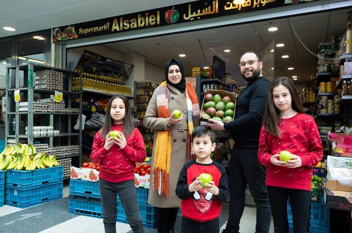 Portret van het gezin Sarhan voor de winkel Alsabiel in Winkelcentrum Meerzicht.