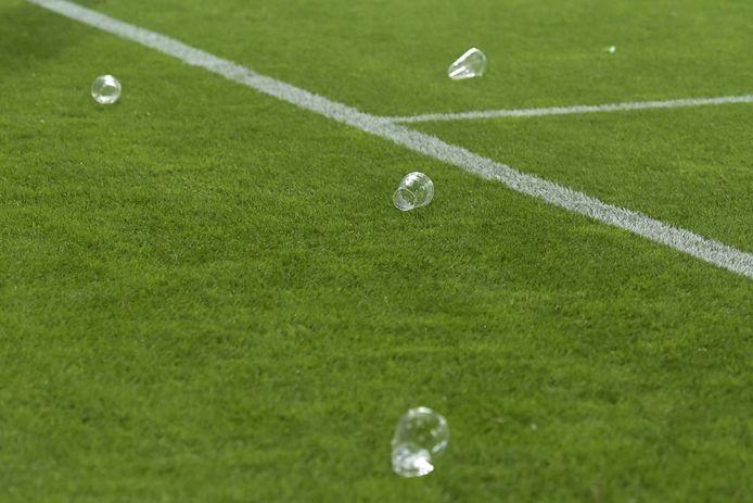 Lege bekertjes op het veld bij de wedstrijd tussen FC Utrecht en RKC Waalwijk.