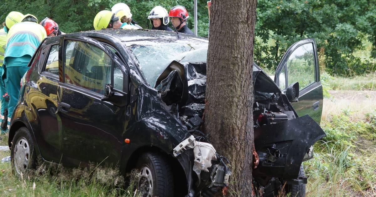 Bestuurder raakt zwaargewond bij botsing tegen boom in Kaatsheuvel, traumaheli opgeroepen.