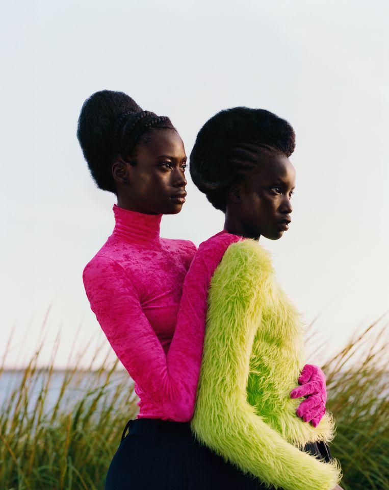 Untitled Two Girls Embrace 2018 van Tyler Mitchell. Beeld Tyler Mitchell