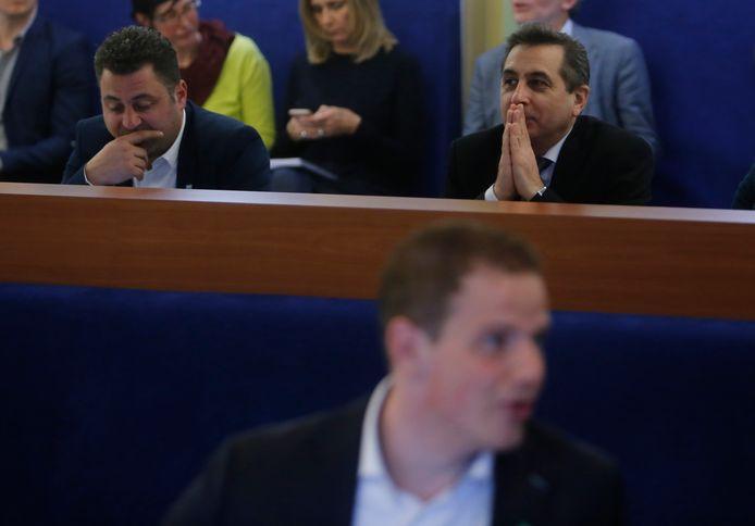 Osman Bosuguy (links) en Ahmet Polat, tijdens een vergadering in het Dordtse Stadskantoor. Op de voorgrond toenmalig fractievoorzitter Kevin Noels. Hij stapte vorig jaar op.