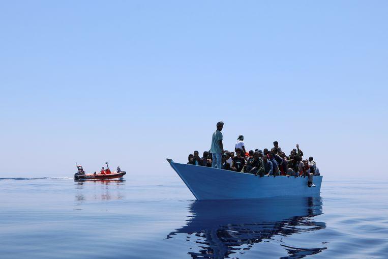 Medewerkers van Artsen zonder Grenzen staan half juni op het punt migranten te helpen van een boot op de Middellandse Zee. De organisatie staakt tijdelijk haar hulp in Libische detentiecentra, uit protest tegen de omstandigheden waaronder daar migranten vastzitten.  Beeld via Reuters