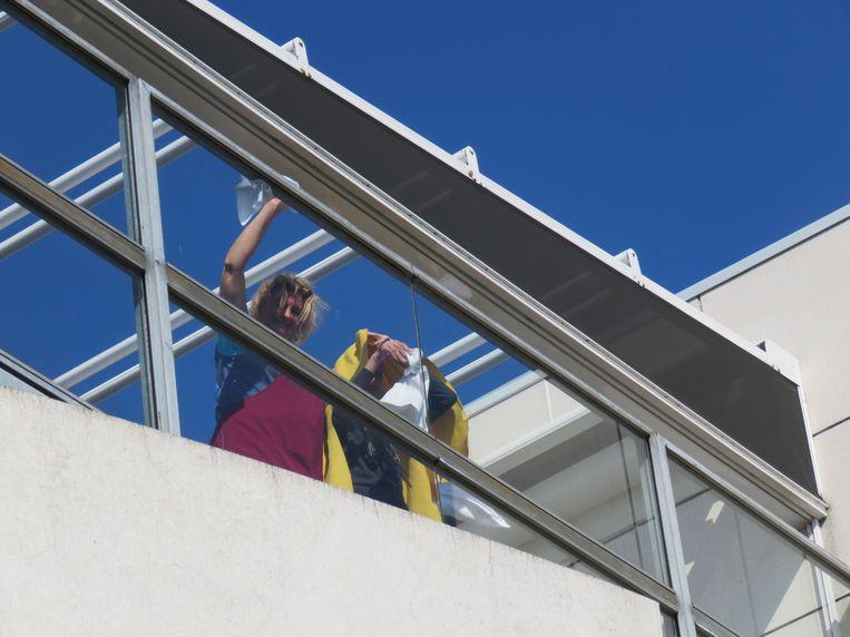 Drie medewerkers van WZC Ter Berken verrasten de bewoners op een openlucht optreden