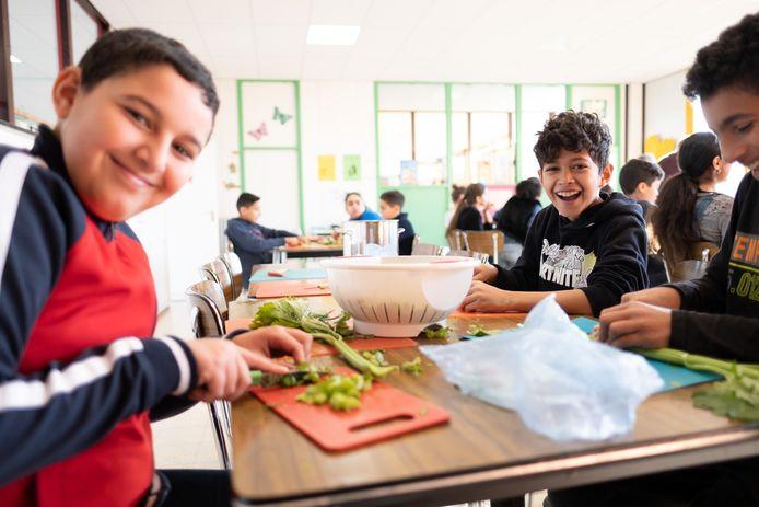 De leerlingen van basisschool De Tovertuin maken Soep For Life.