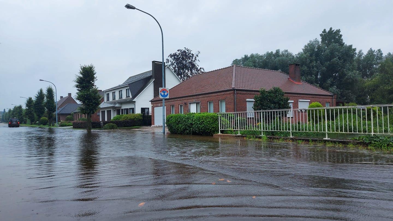 De Aa in Turnhout is uit haar oevers getreden. Enkele straten staan blank.