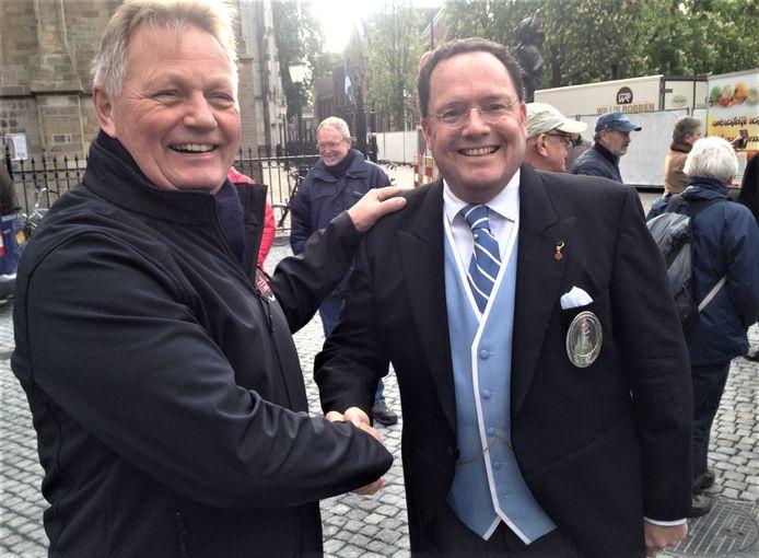 Voorzitter Theo van Hattum van Kunst Adelt (links) met de Vughtse burgemeester Roderick van de Mortel. Van de Mortel is beschermheer van het gilde Sint Barbara.