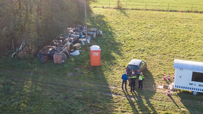 Leden van de rechtbank bezoeken de boerderij in Ruinerwold.
