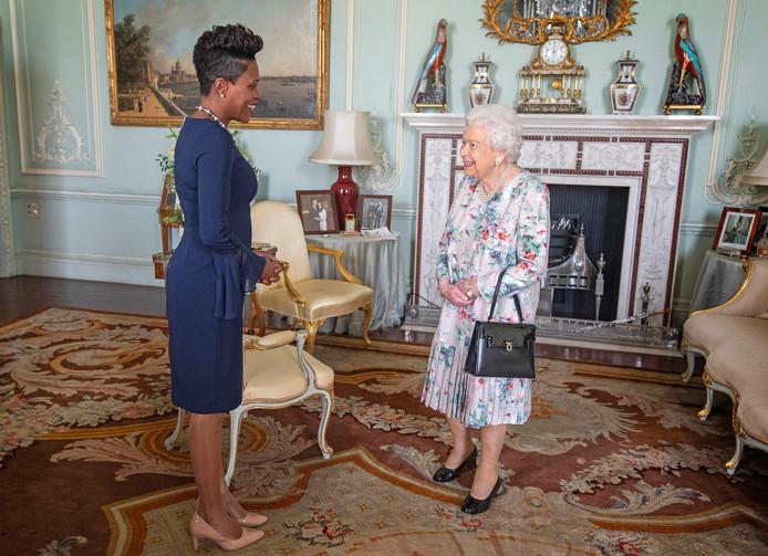 De Britse koningin Elizabeth II groet de Hoge Commissaris van Grenada, Lakisha Grant, eerder deze week.