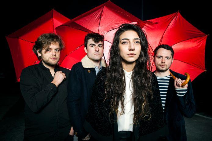 Lara Chedraoui (tweede van rechts) met haar band Intergalactic Lovers enkele jaren geleden.