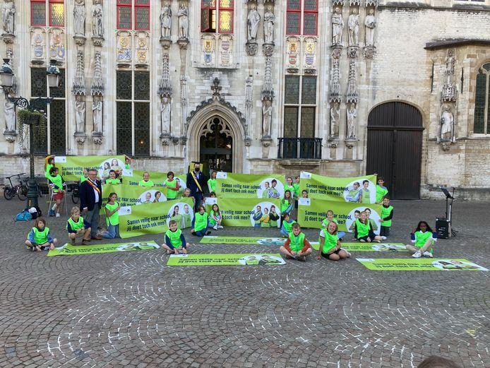 De dertig verkeersambassadeurs van de stad Brugge voor het stadhuis
