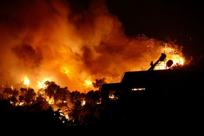Les flammes s'élevant d'un incendie qui se propage dans la ville d'Oren, sur la côte égéenne, près de Milas, dans la région touristique de Mugla, alors que la Turquie lutte contre ses feux de forêt les plus meurtriers depuis des décennies.
