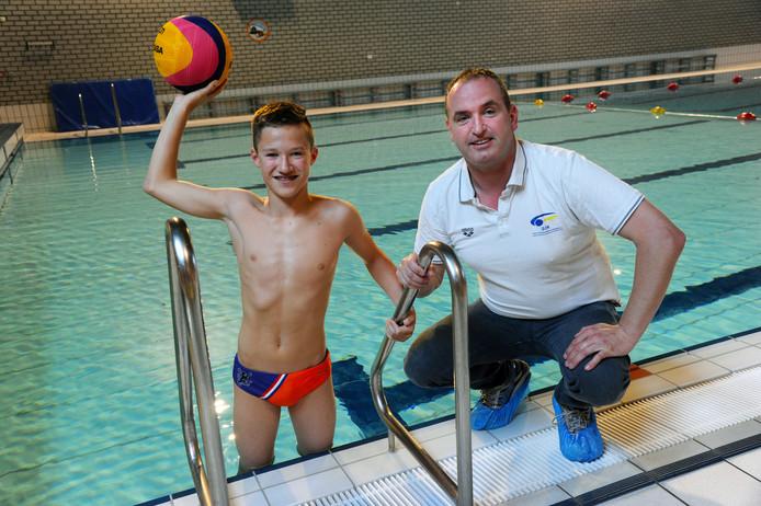 Owen Riemens (13) met zijn oranje broekje van de Nederlandse jeugdselectie. Rechts vader Henk Riemens.