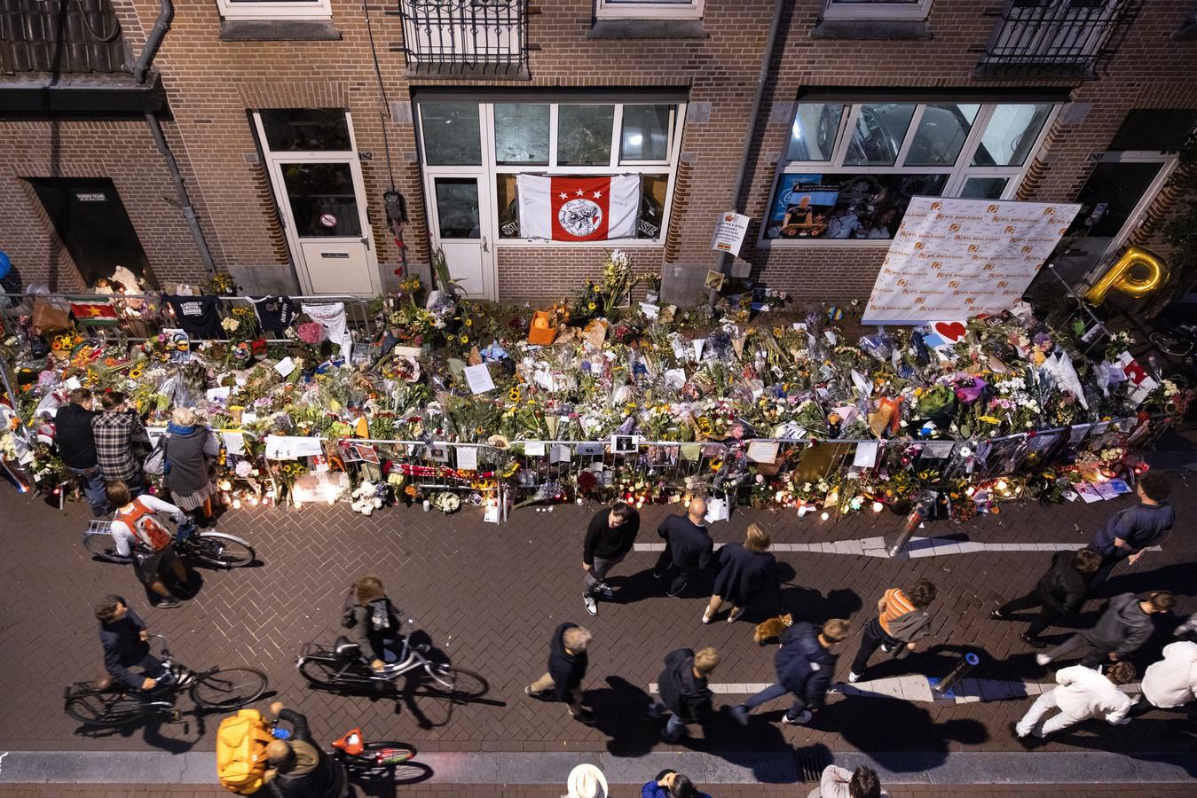 De bloemenzee voor Peter R. de Vries, op de plek waar hij werd neergeschoten in de Lange Leidsedwarsstraat.