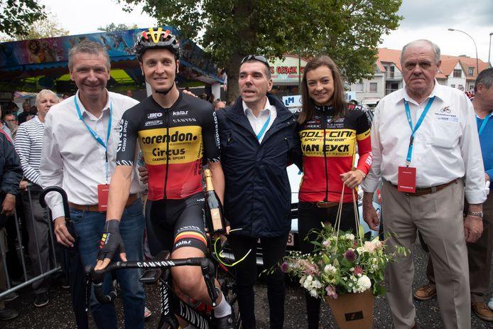 Voor de start werden Belgische kampioenen Tim Merlier en Jesse Vandenbulcke gehuldigd. zij mocht ook de koers afvlaggen.