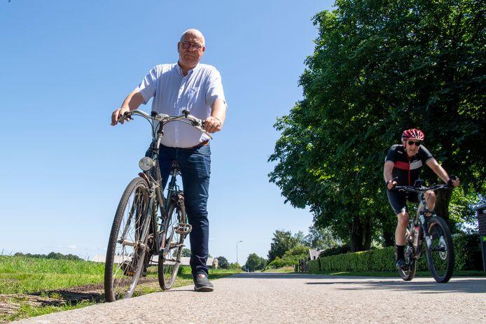 Frens van 't Zand laat zien hoe moeilijk het is om met de fiets veilig de Hoofdweg op te komen.