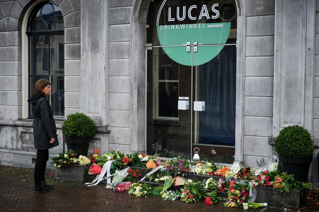 Schiedammers eren zingende barman Toon Mentink die eerder deze week overleed  | Foto