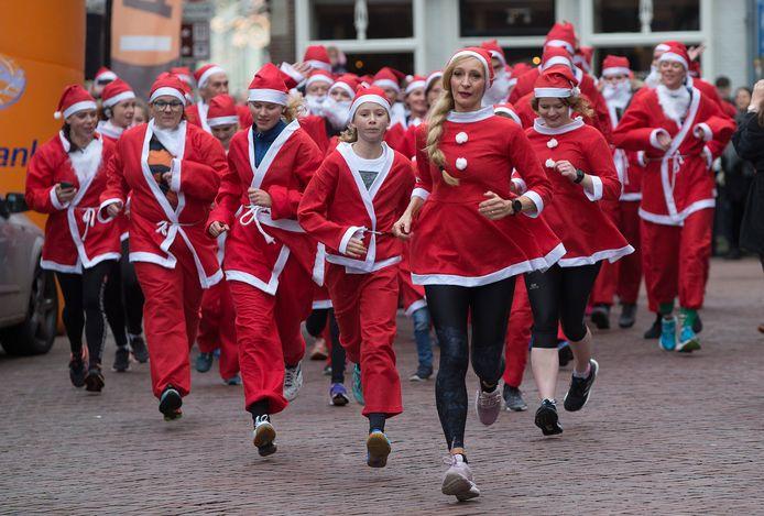 De kerstmarkt in Doesburg werd vorig jaar geopend met een Santarun, waarbij deelnemers verkleed zijn als de kerstman.