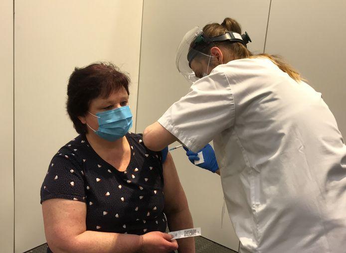 Conny was de eerste die gevaccineerd werd in het vaccinatiecentrum Denderdal.