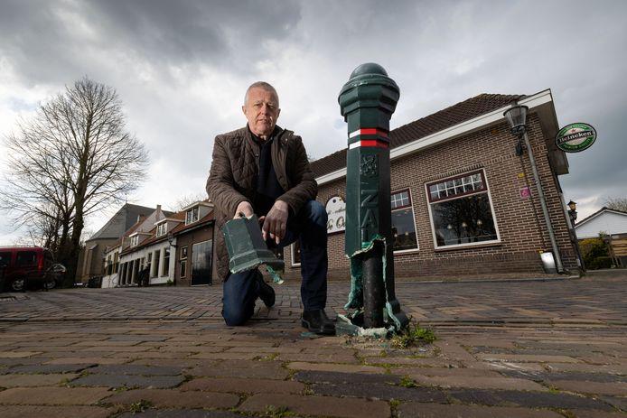 Zwier Kanis uit Zalk bij een van de kapotte paaltjes tegenover restaurant De Oase. De paaltjes zijn al anderhalf jaar kapot.