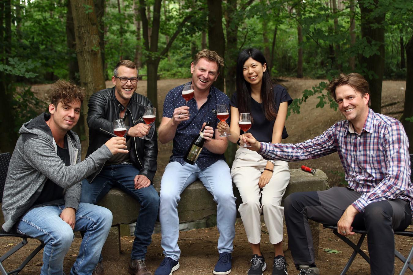 Tim Wouters, Tom Huijsmans, Erwin Vermeuken, de Japanse studente Miho Sato en Joris Van den Bosch klinken met de Bienne.