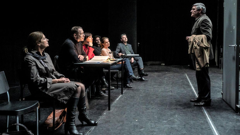 Marius (Pierre Bokma) en de rest van het theatergezelschap werken onder leiding van regisseur Karl (Hans Kesting) toe naar de première van Welkom in het bos. Beeld