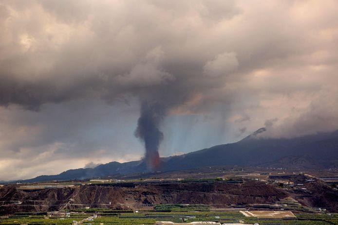 Il vulcano è ancora attivo, con una nube di cenere e gas alta fino a 4.500 metri.