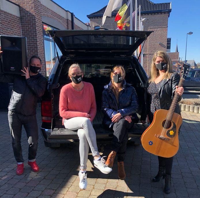 Andy Braem, Griet Vandewijngaerden, Liesbeth Andries en Tina Luyck van de dienst Vrije Tijd konden zeven bekende artiesten stikken maar moeten nu helaas het kofferbakconcert uitstellen.