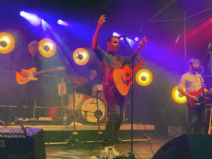 Yevgueni maakte er zaterdag een muzikaal feestje van op Zomer in Linden waarna The Pixels met covers van bekende hits moeiteloos verder gingen op de ingeslagen weg.