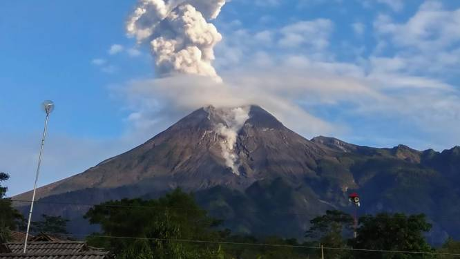 Gevaarlijke Merapi-vulkaan op eiland Java spuwt as zowat een kilometer in de lucht