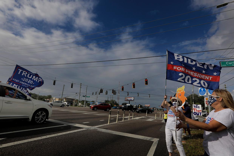 Aanhangers van Biden en Trump op een kruispunt in Palm Harbor, Florida.