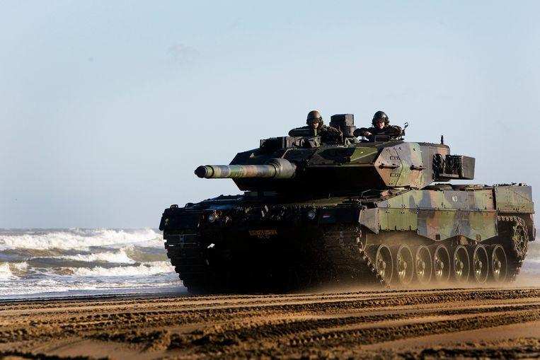 De Leopardtank 2 A6 tijdens een proefrondje op het Noorderstrand van Scheveningen. Beeld ANP