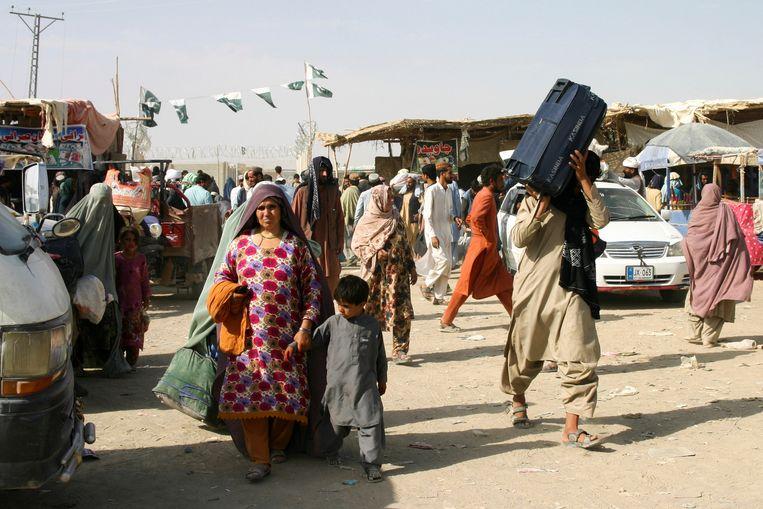 Afghaanse vluchtelingen bij de grens met Pakistan. Beeld Reuters