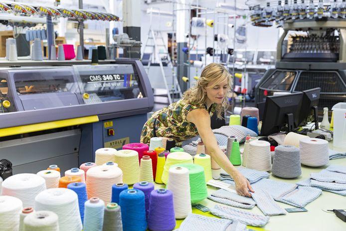 Ontwerper Carole Baijings aan het werk in het TextielLab in het TextielMuseum.