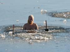 Mark (23) en Guido (28) zitten in ijskoud water een potje te schaken in uiterwaarde bij Wageningen