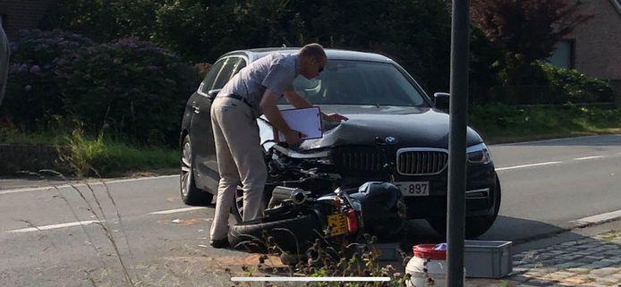 De moto en auto zijn volledig vernield