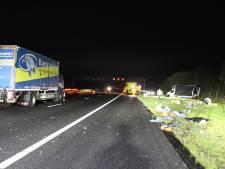 Ravage op A1 bij Holten nadat vrachtwagen op bus met pech botst
