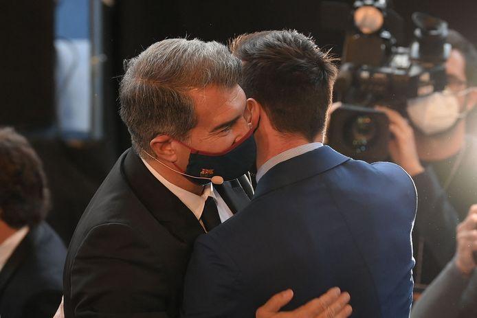 De knuffel tussen Laporta en Messi.