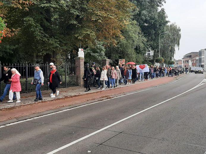 Het wandel-protest is in volle gang in Roosendaal. Het is onduidelijk hoe druk het nog gaat worden.