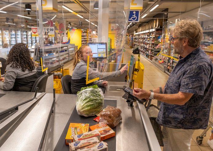 Caissière Samantha Schipper van supermarkt Jumbo in Oost-Souburg bedient de klanten vooralsnog vanachter het spatscherm.