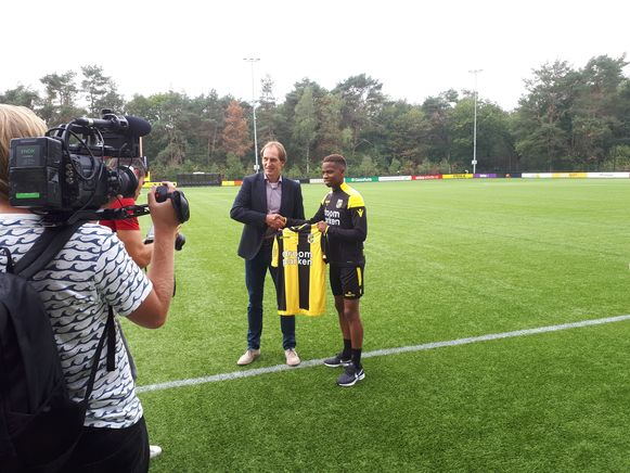 Charly Musonda bij zijn voorstelling met het shirt van Vitesse.