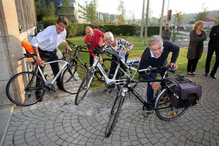 Een actie in september van vorig jaar: Windels en haar collega-schepenen poetsen de fietsen van het gemeentepersoneel. Toen leek er nog geen vuiltje aan de lucht.